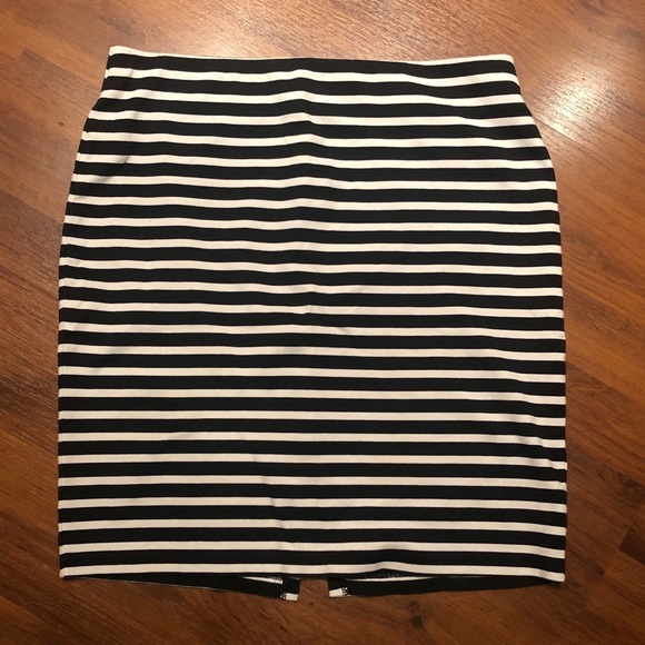 Old Navy Dresses & Skirts - Old Navy Pencil skirt. Medium. Stretchy waist.